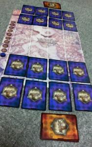 布陣直後の初期状態。裏面が紫のカードが兵カード。オレンジのカードは施設カードで、お互いの手元に置いておく
