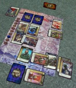 3ラウンド終了時。互いに2体が撃破された。ちなみに『カーナック』は下から2つ目、右から2つ目の横になっているカード