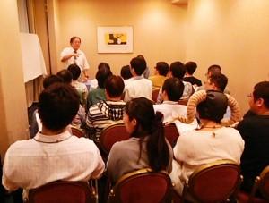 熱気のこもった「アフターミーティング」会場。鈴吹先生の豊富なGM経験が惜しげなく明かされた